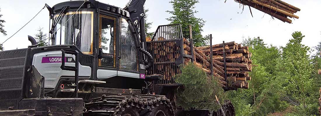Logset-kuormatraktori nostaa puunippua.