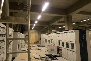 Sähköpääkeskustila ja asennuslattia.