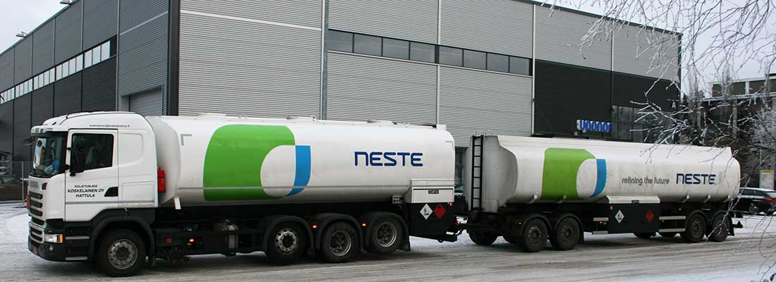 Polttoainekuljetuksiin käytettävä, sammutusjärjestelmällä suojattu säiliöauto.
