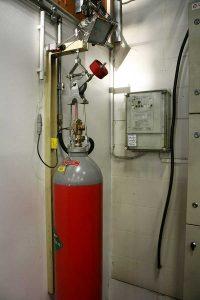 CO2-säiliö ja sammutusjärjestelmän ohjauskeskus.
