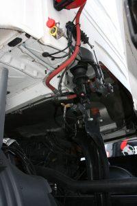 Sammutusjärjestelmän komponentteja vetoauton moottoritilaan asennettuina.