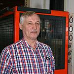 Timo Hertell työstökoneen edessä.